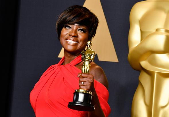 Viola Davis holds her Oscar